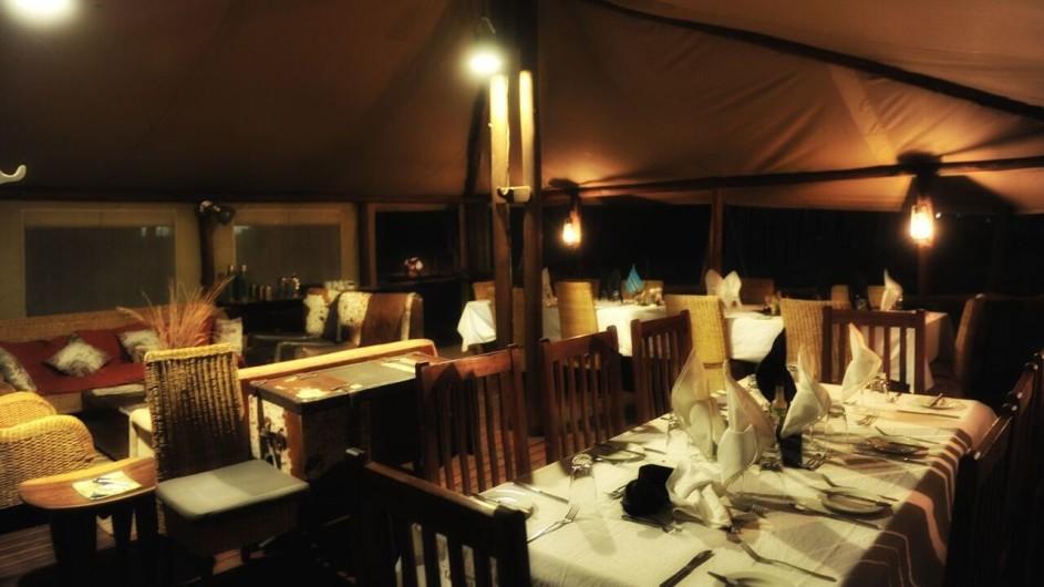 Botswana Linyanti Bush Camp Hauptzelt Dinner