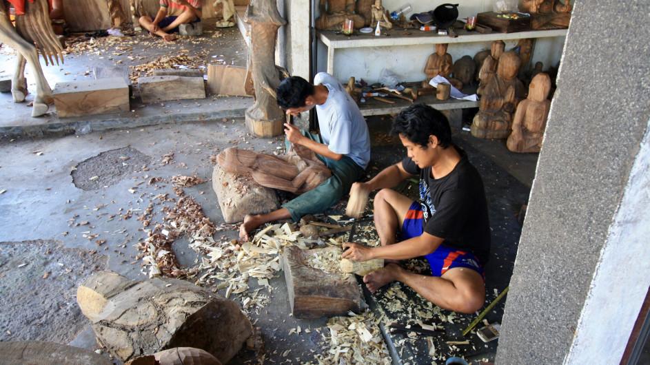 Indonesien Bali Holzschnitzer in Mas