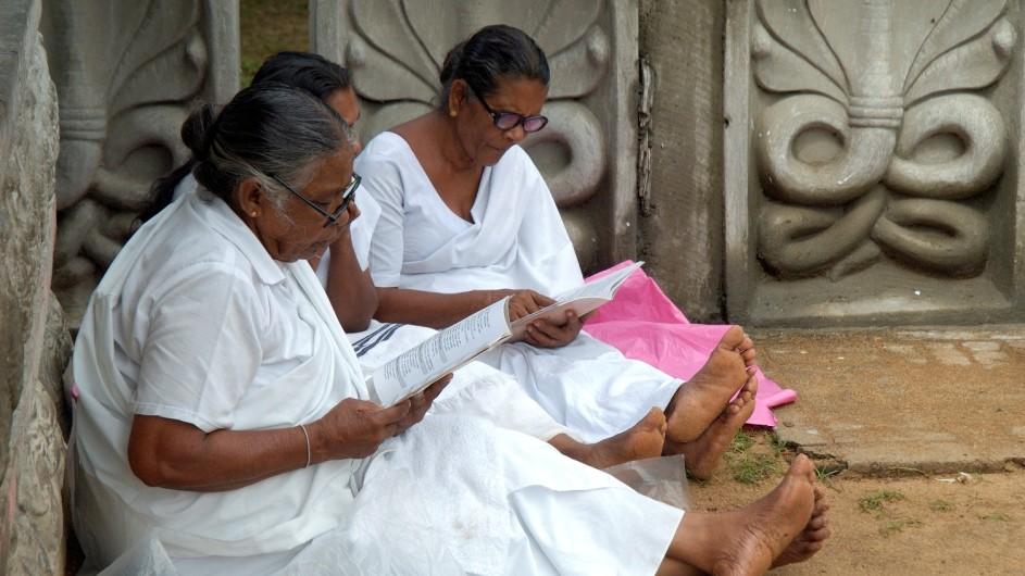 Sri Lanka Frauen vor dem Tempel