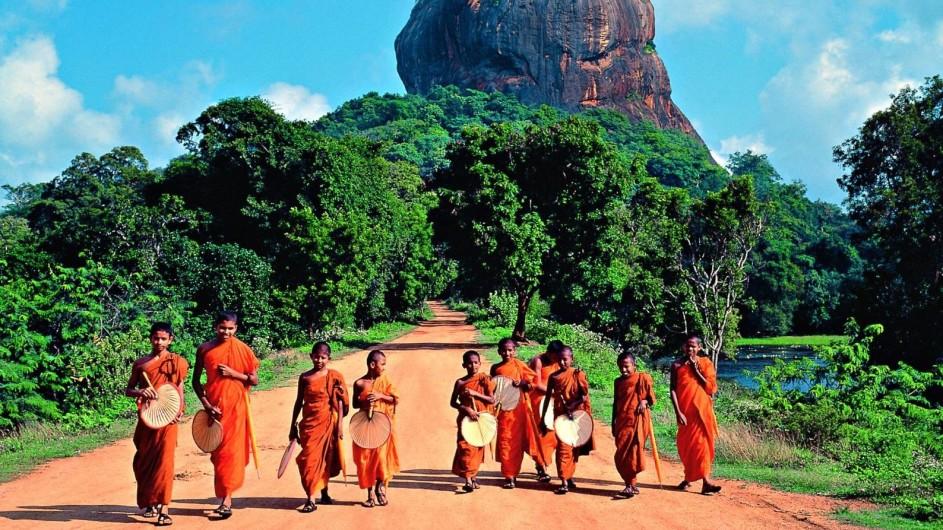 Sri Lanka Möche vor dem Sigiriya Rock