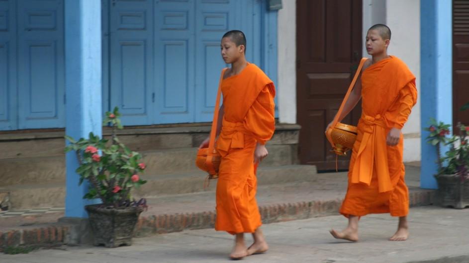 Laos Mönche auf der Strasse