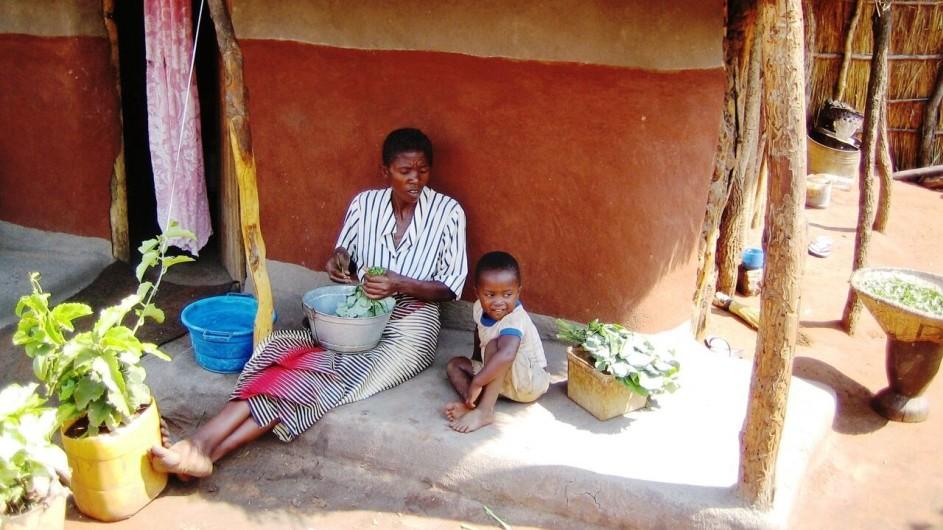 Zambia Mutter und Kind Dorfbesuch