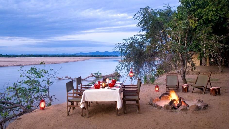 Zambia Island Bush Lodge Essen am Fluss