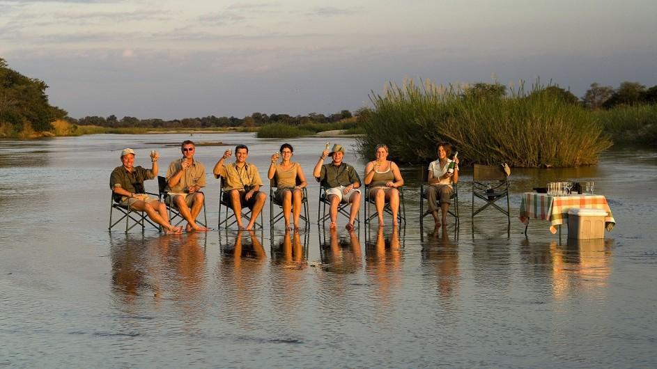 Zambia Wandersafari Sundowner im Wasser