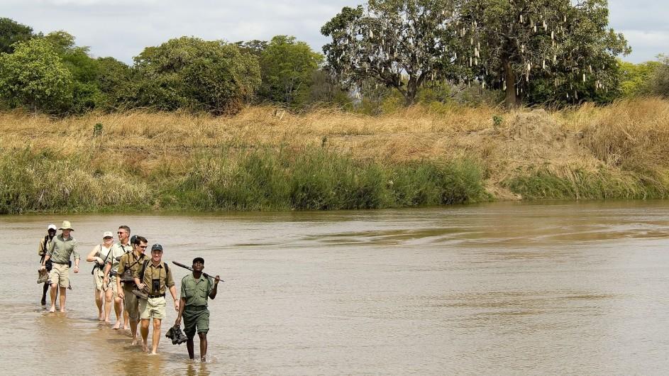 Zambia Wandersafari Wanderung durchs WAsser
