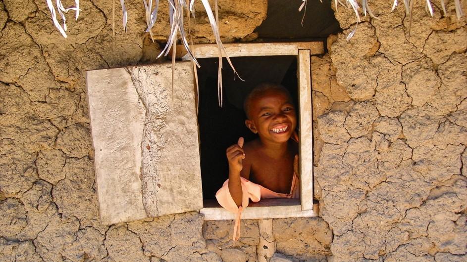 Tanzania Junge guckt aus dem Fenster