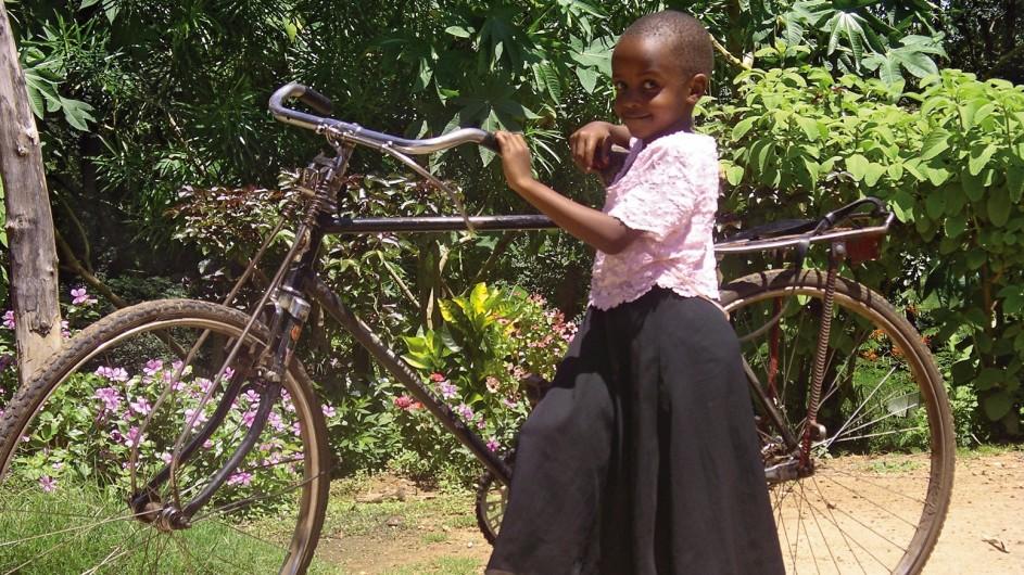 Tanzania Mädchen mit Fahrrad