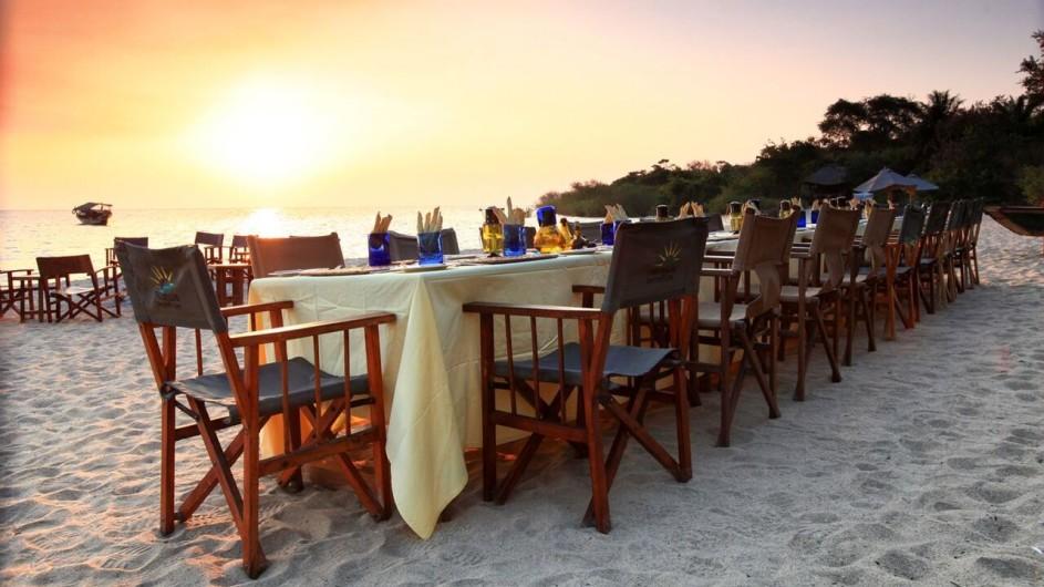Tanzania Mahale Nationalpark Kungwe Beach Lodge Dinner am Strand