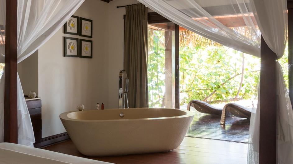 Mozambique Anantrara Resort & Spa Bazarutu Island Beach Pool Villa Bad