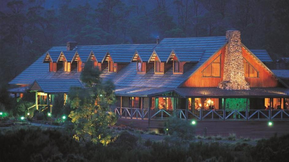 Australien Tasmanien Peppers Cradle Mountain Lodge Außenansicht abends