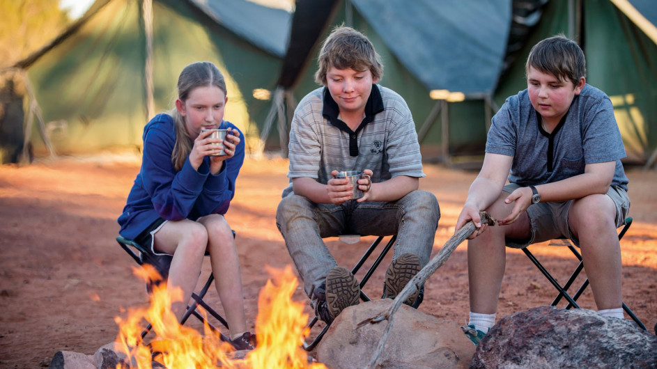Australien Kings Canyon Wilderness Lodge Kinder am Lagerfeuer
