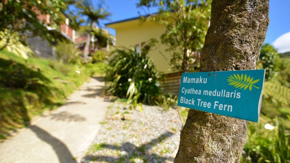 Neuseeland Marlborough Sound Punga Cove Resort Schild im Garten