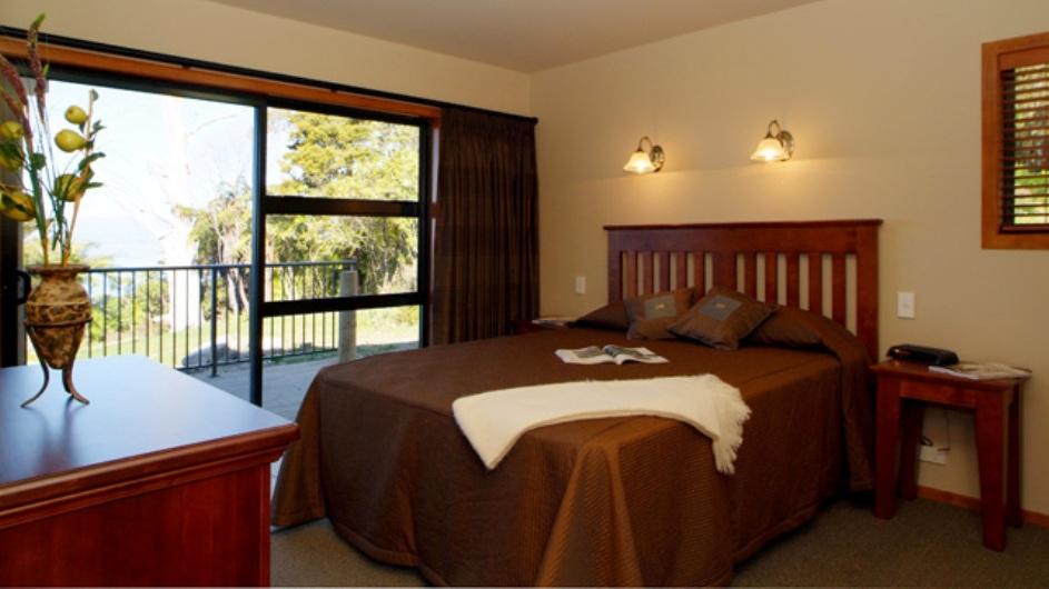 Neuseeland Turangi Oreti Village Apartment mit Balkon Schlafzimmer