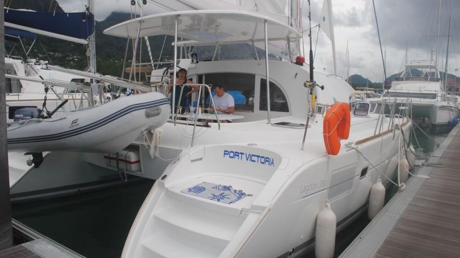 Seychellen Bat o Bleu Segelkatamaran Lagoon 380 im Hafen