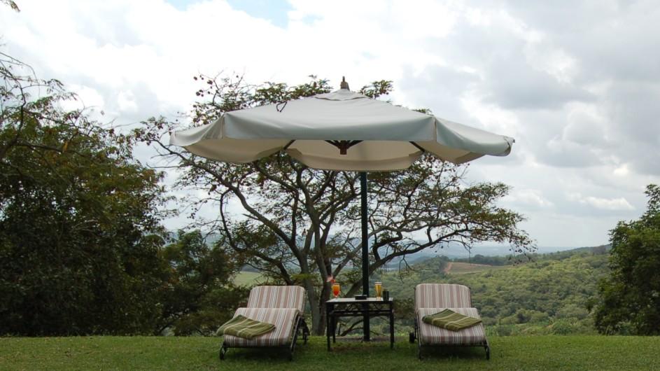 Südafrika Hazyview Chestnut Country Lodge Poolliegen