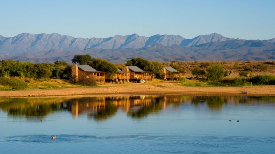 Südafrika Oudtshoorn De Zeekoe Fästefarm Blockhütten Außenansicht