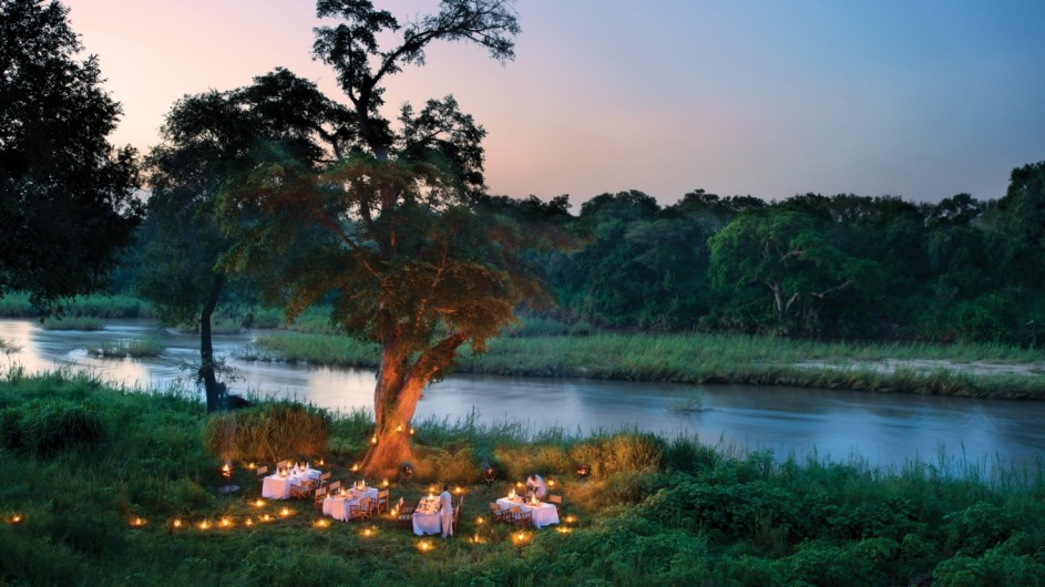 Südafrika Sabi Sand Game Reserve Lion Sands Narina Lodge Dinner am Fluss