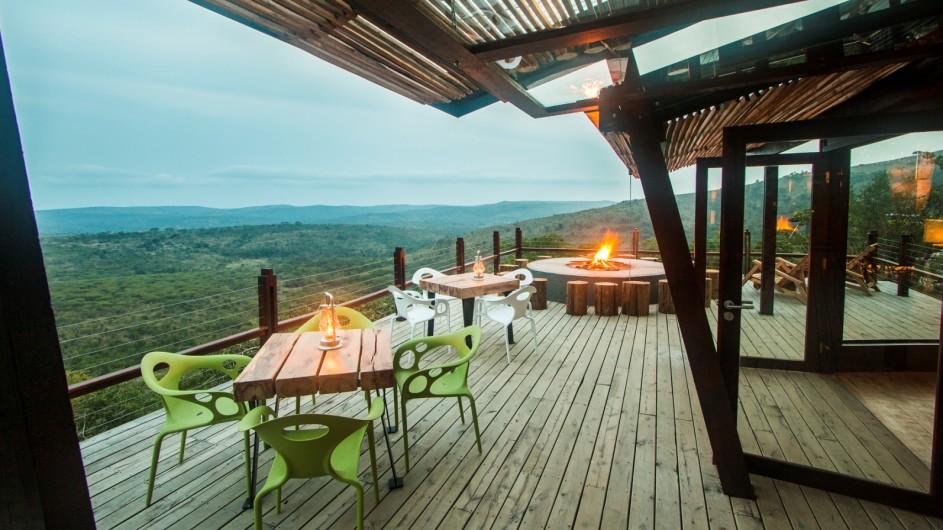 Südafrika Hluhluwe Game Reserve Rhino Ridge Safari Lodge Terrasse mit Feuerstelle