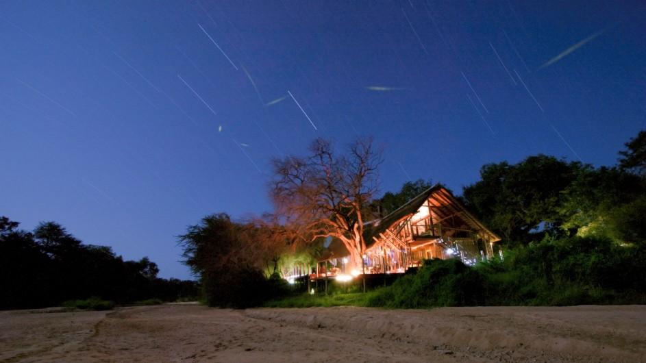 Südafrika Krüger Nationalpark Rhino Post Safari Lodge Haupthaus bei Nacht