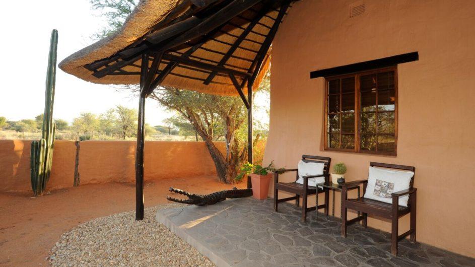 Namibia Eningu Clayhouse Lodge Landschaft Zimmer Terrasse