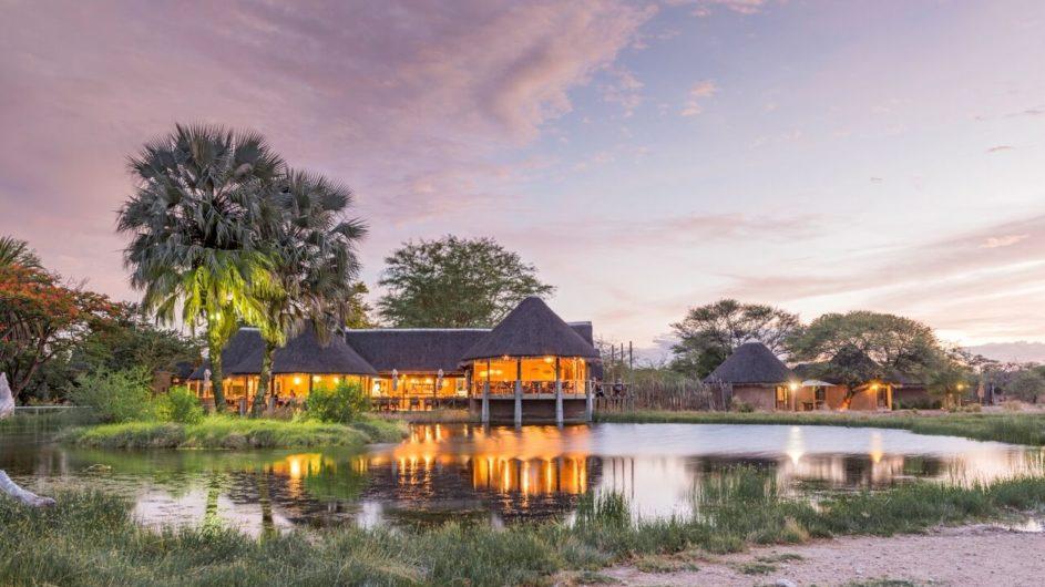 Namibia Etosha Nationalpark Onguma Bush Camp Ansicht mit Wasserloch