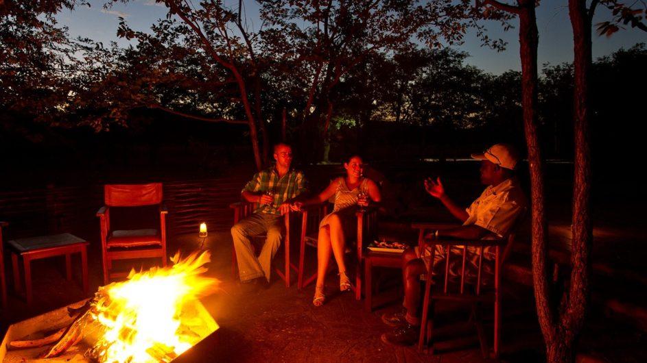 Namibia Etosha Nationalpark Ongava Tented Camp am Lagerfeuer