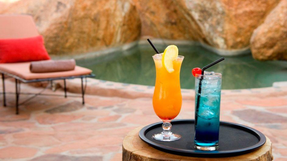 Namibia Twyfelfontein Camp Kipwe Drinks am Pool