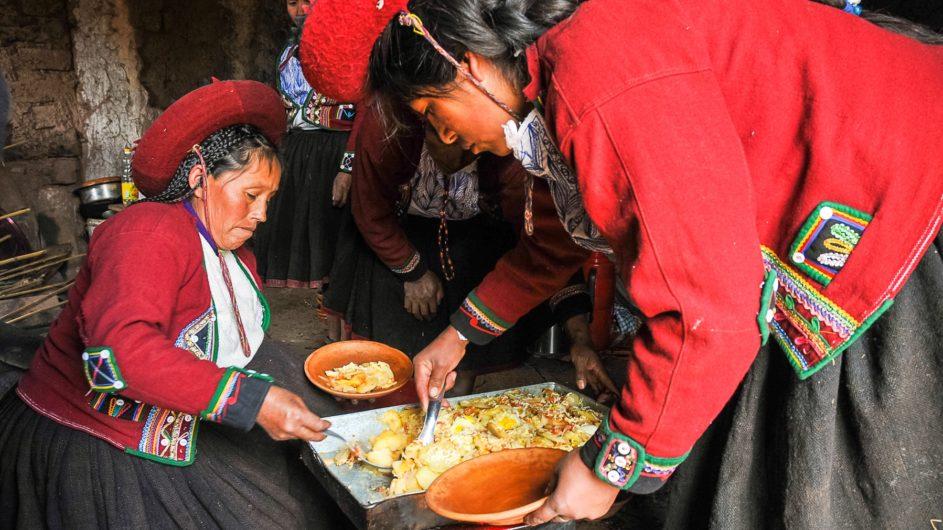 Boliven Peru Kleingruppenreise Uyuni Chamäleon Reisen Mittagessen Frauen in Tracht