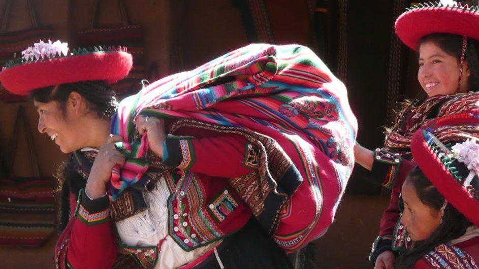 Boliven Peru Kleingruppenreise Uyuni Chamäleon Reisen Frauen in Tracht