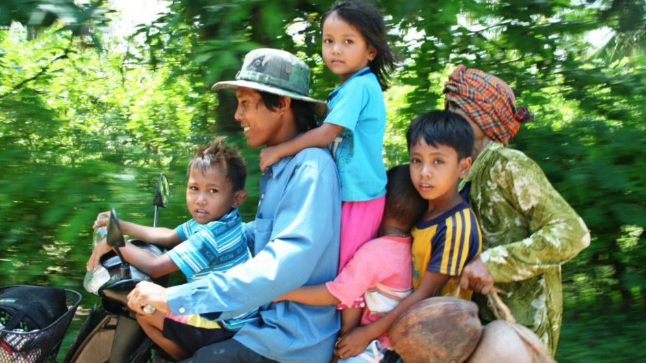 Kambodscha Exo Travel Familie auf einem Roller
