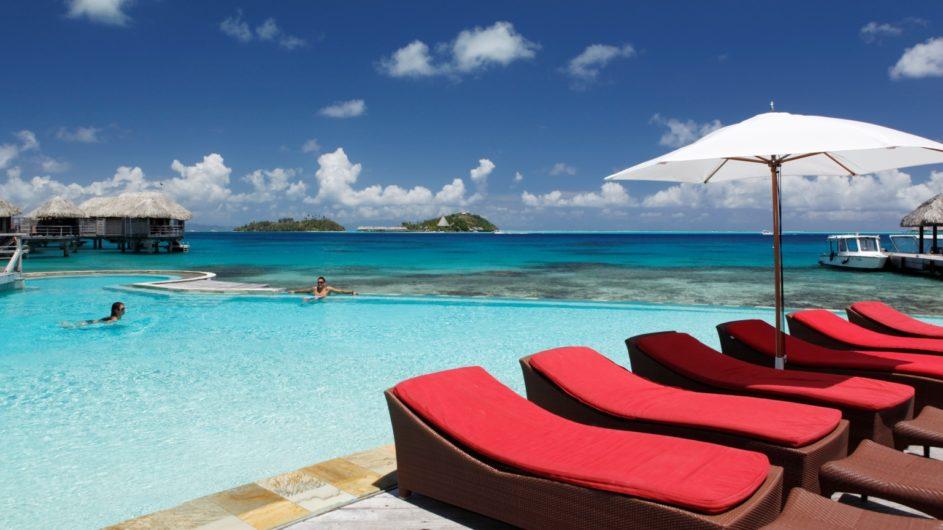 Französisch Polynesien Bora Bora Sofitel Marara Beach Resort Pool mit Liegen
