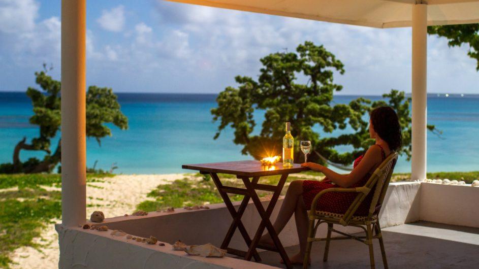 Tonga Haapai Sandy Beach Resort Drink auf der Terrasse